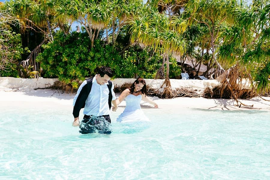 Hochzeitspaar im Wasser