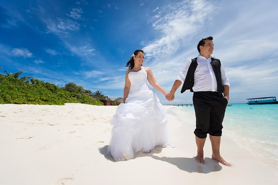 Hochzeitspaar am Strand der Malediven