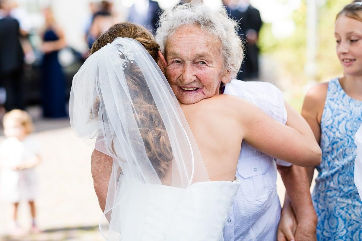 Braut-umarmt-ihre-Oma