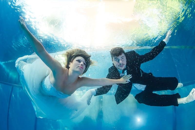Weddingphotographer underwater