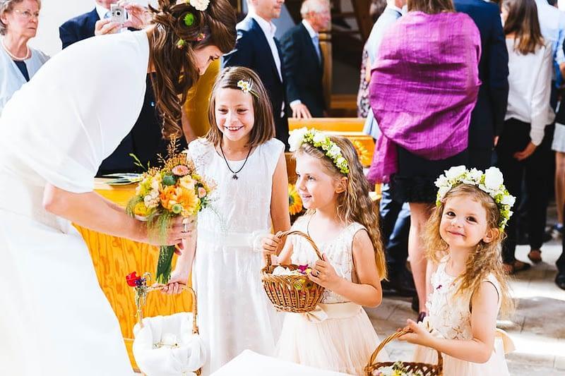 Blumenmädchen mit der Braut
